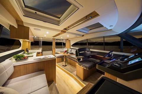 Miami International Boat Show Premiere - Riviera 395SUV - Salon.